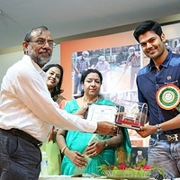 tn_Ganesh Venkat Raman recieving the memento from one of the dignitaries at Agar Fest 2016